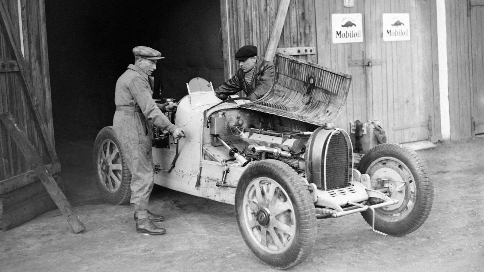 MONTLHERY, FRANCE - NON DATE: Le pilote automobile Robert Benoist travaillant sur sa Bugatti avec son mecanicien, a Montlhery, France. (Photo by Keystone-France\Gamma-Rapho via Getty Images)