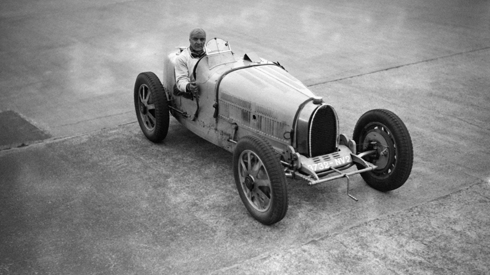 MONTLHERY, FRANCE - NON DATE: Le pilote automobile Robert Benoist s'entrainant sur sa Bugatti sur le circuit de Montlhery, France. (Photo by Keystone-France\Gamma-Rapho via Getty Images)