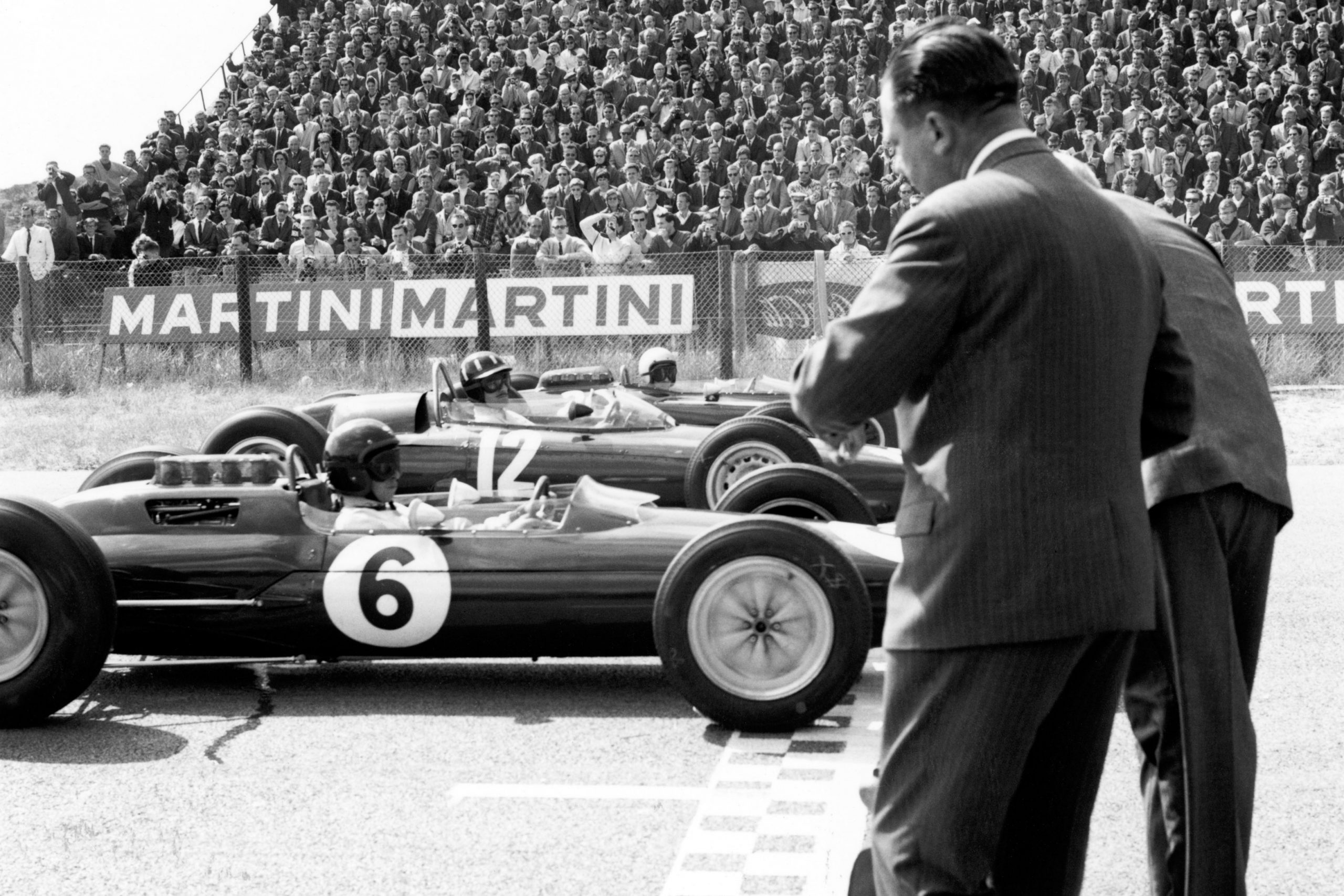 Jim Clark (Lotus 25 Climax) 3rd on the grid, with Graham Hill (BRM P261) 2nd and Dan Gurney (Brabham BT7 Climax) on pole position behind, at the start of the race.