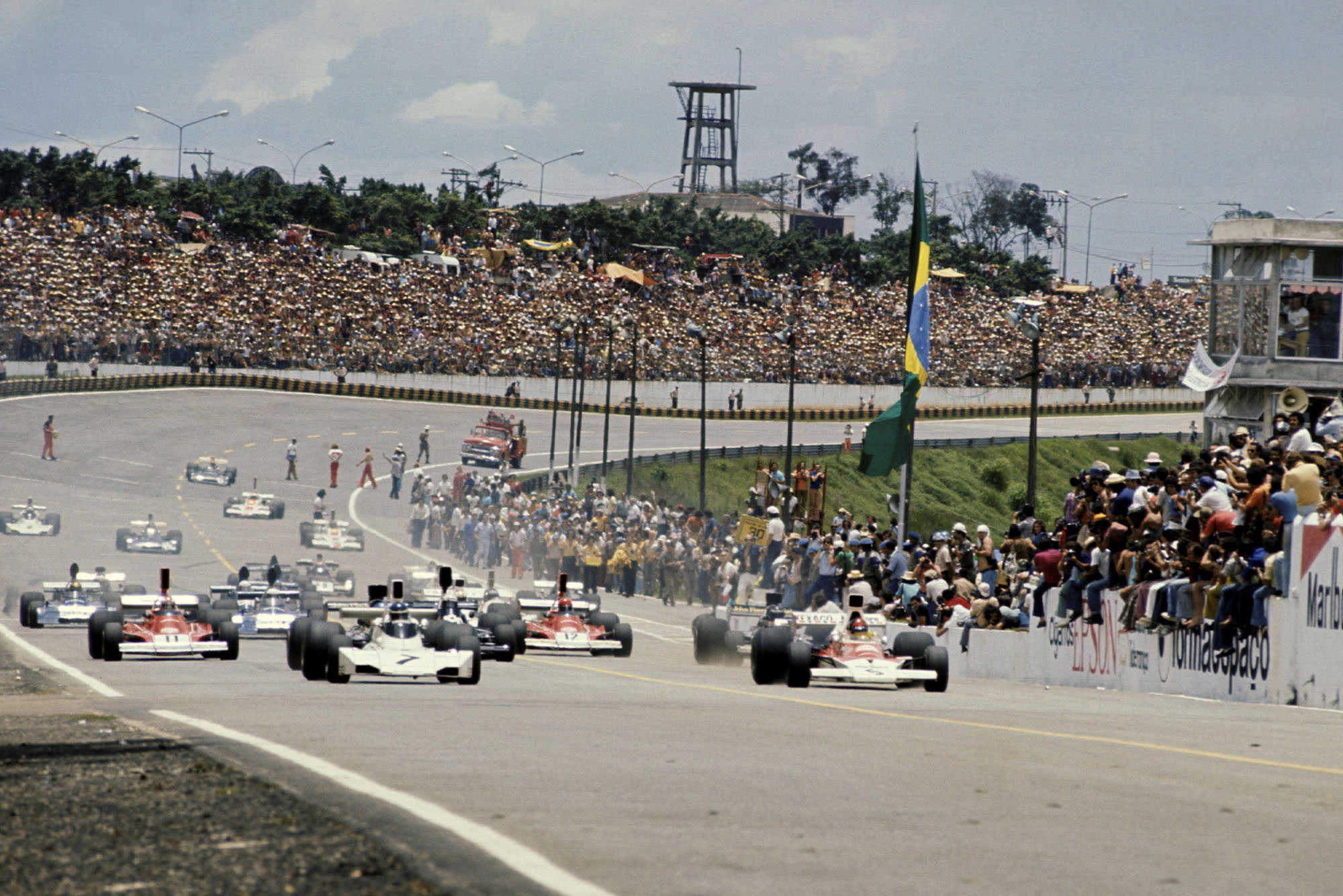 The cars leave the grid at the start of the 1974 Brazilian Grand Prix, Interlagos.