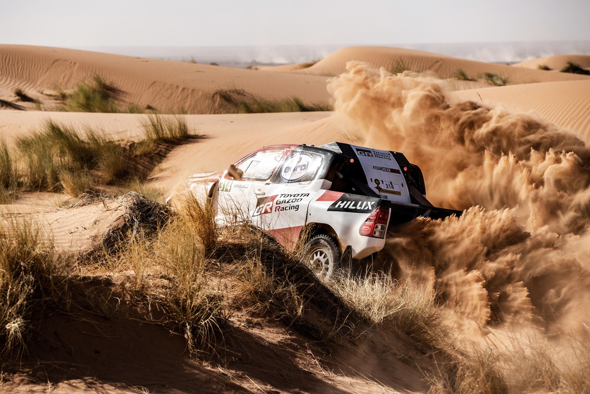 Fernando Alonso's Dakar-specification Toyota Hilux churning up sand during testing