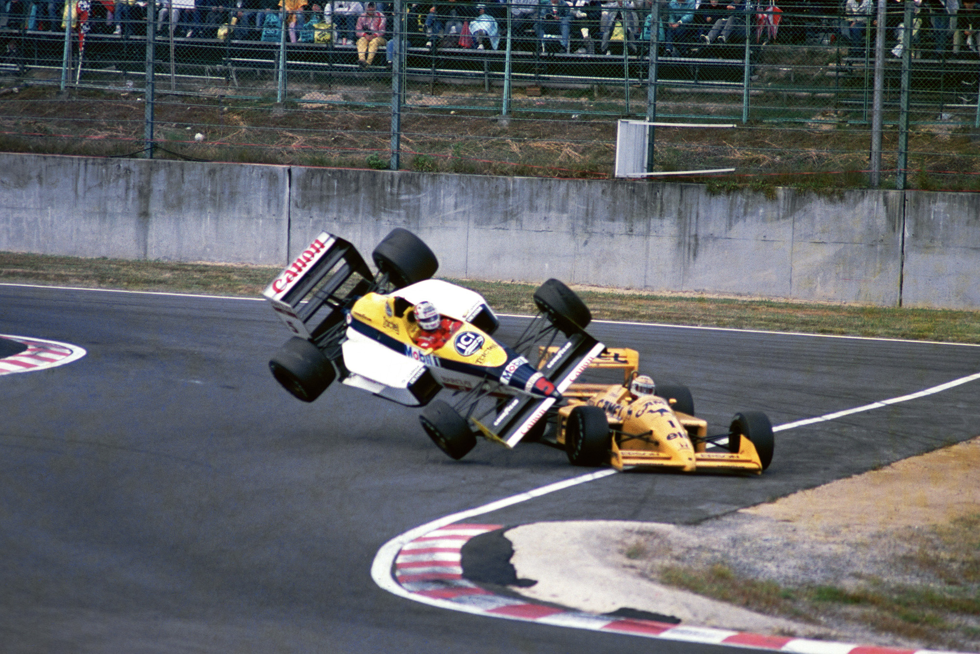 Nelson Piquet and Nigel Mansell clash in the 1988 Japanese Grand Prix