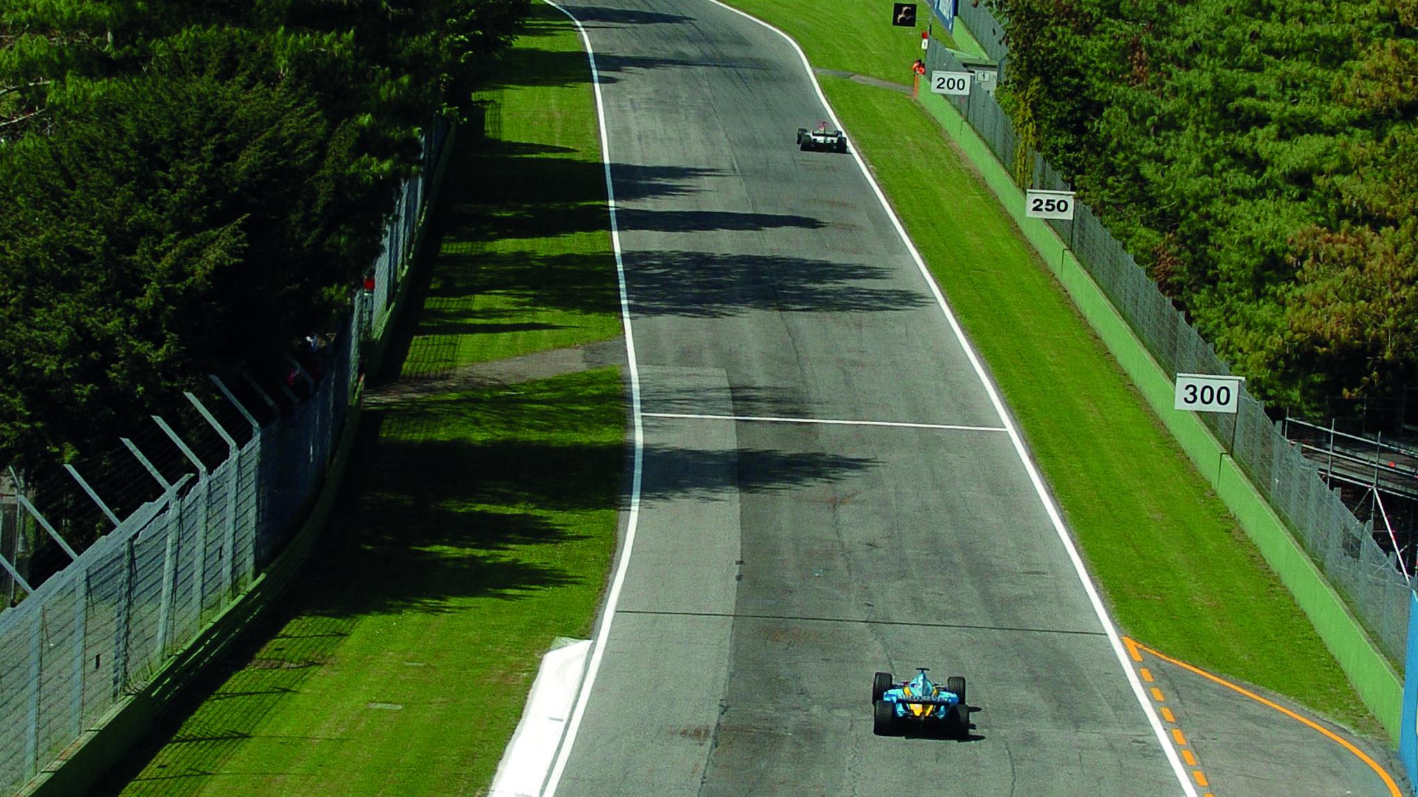 Fernando-Alonsos-Renault-on-track-at-Imola-in-the-2004-F1-San-Marino-Grand-Prix