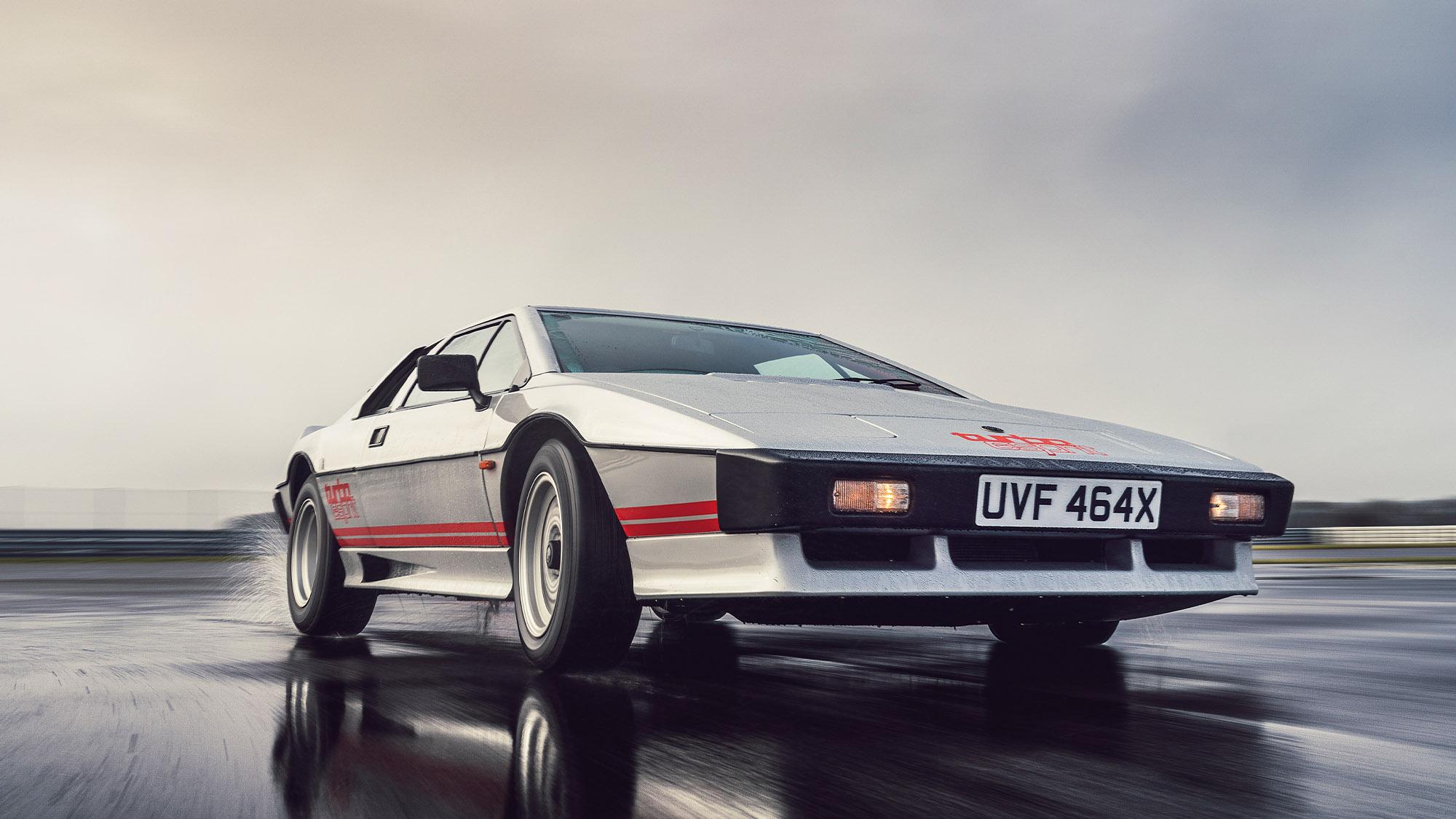 Lotus Esprit of Colin Chapman cornering in the wet