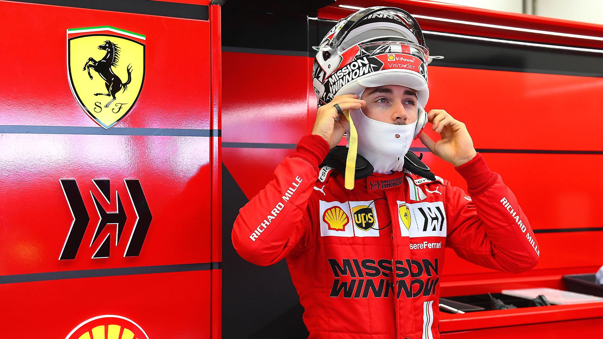 Carlos Sainz puts his helmet on in 2021 preseason testing