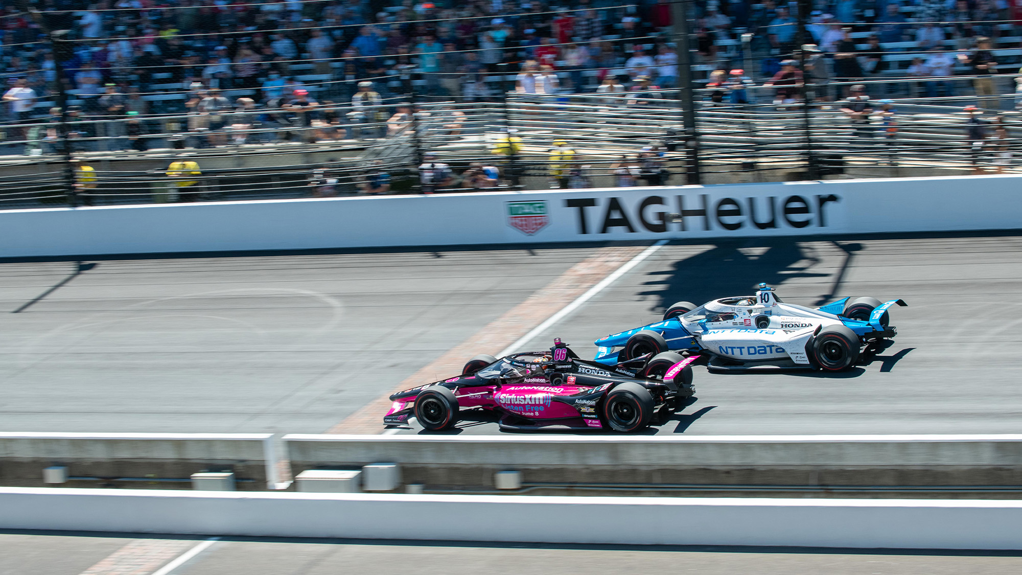 Helio Castroneves fights with Alex Palou in the 2021 indy 500