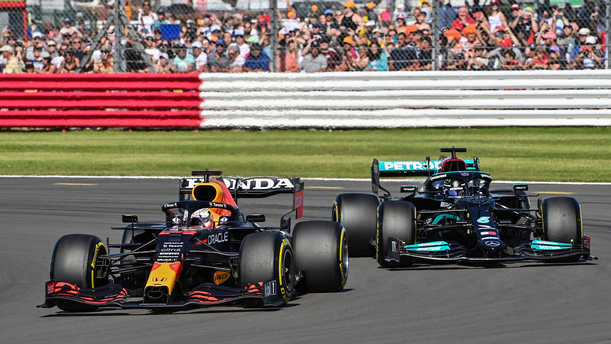 33 VERSTAPPEN Max (nld), Red Bull Racing Honda RB16B, action 44 HAMILTON Lewis (gbr), Mercedes AMG F1 GP W12 E Performance, action during the Sprint Race of Formula 1 Pirelli British Grand Prix 2021, 10th round of the 2021 FIA Formula One World Championship from July 16 to 18, 2021 on the Silverstone Circuit, in Silverstone, United Kingdom - Photo DPPI