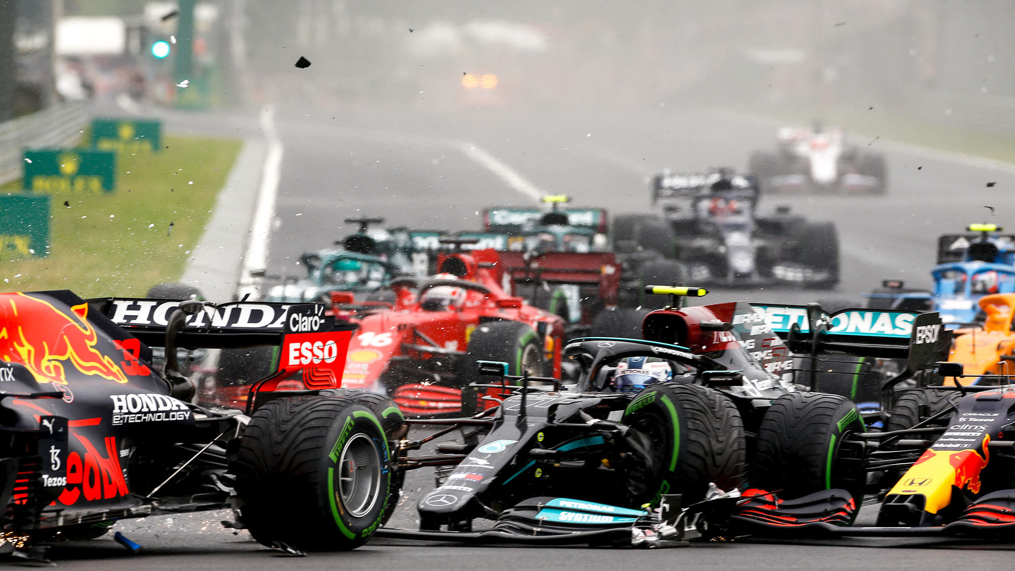 crash, accident, start of the race, depart, 77 BOTTAS Valtteri (fin), Mercedes AMG F1 GP W12 E Performance, action during the Formula 1 Magyar Nagydij 2021, Hungarian Grand Prix, 11th round of the 2021 FIA Formula One World Championship from July 30 to August 1, 2021 on the Hungaroring, in Mogyorod, near Budapest, Hungary - Photo DPPI
