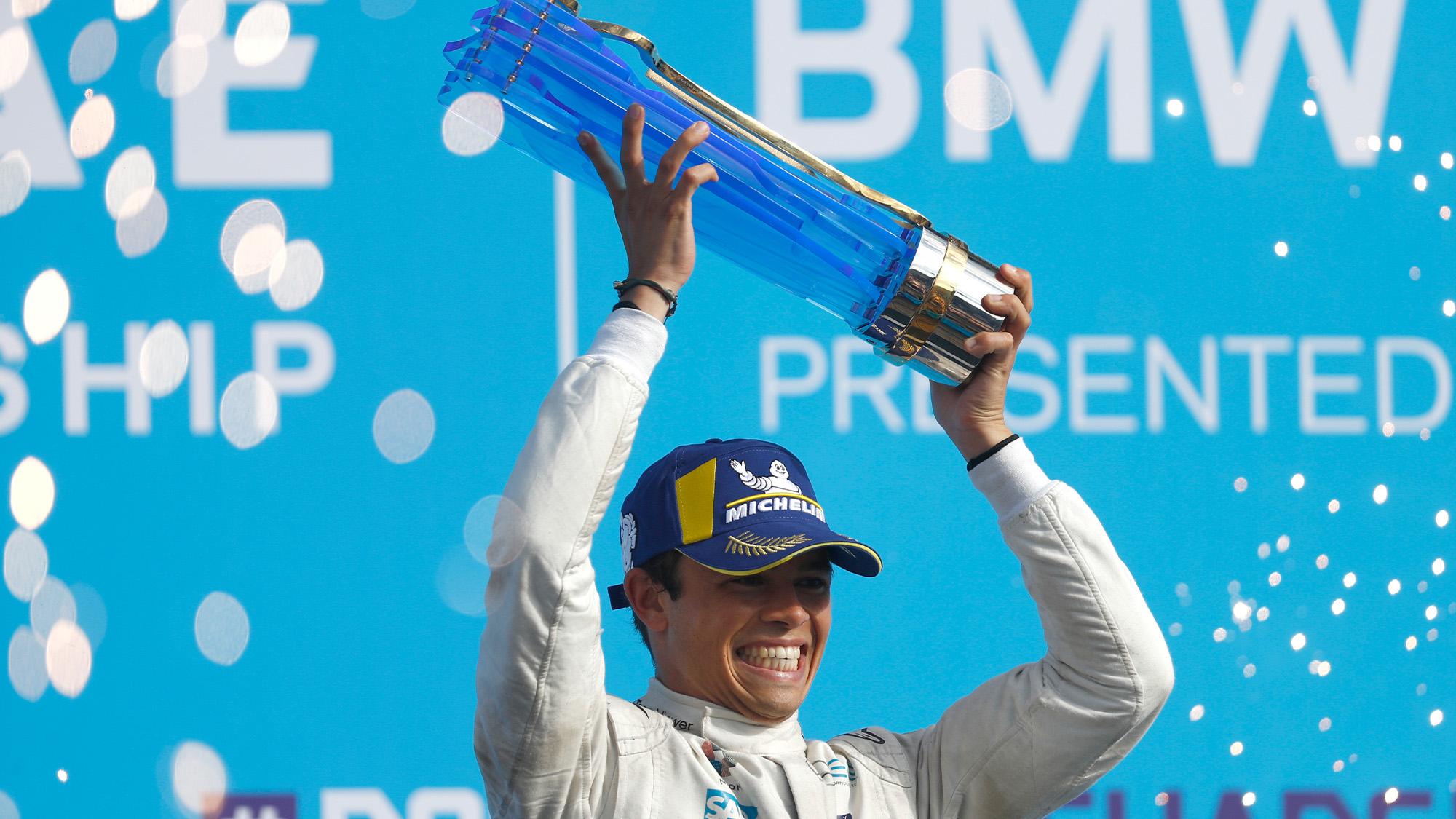 Nyck de Vries holds up the 2021 Berlin E-Prix Formula E trophy