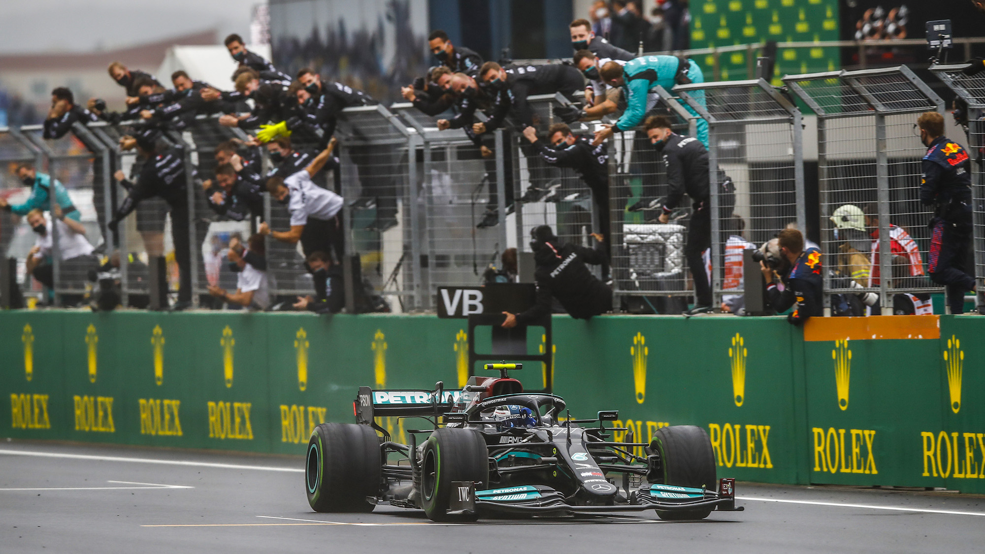 Valtteri Bottas crosses the line to win the 2021 Turkish Grand Prix