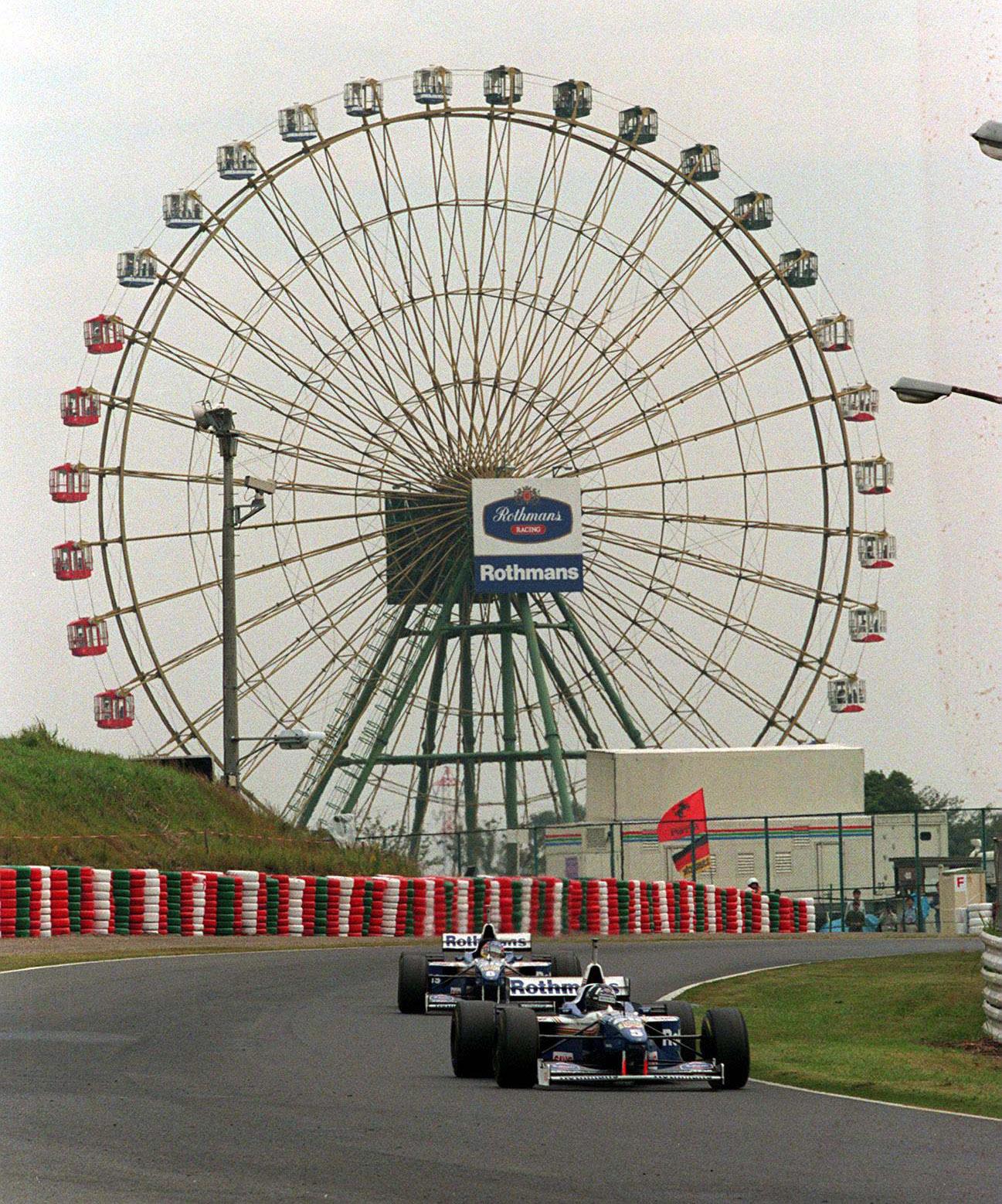 Damon-hill-ahead-of-Jacques-Villeneuve-in-front-of-Suzuka-ferris-wheel